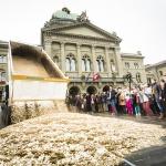 Generation Grundeinkommen - Ausschüttung auf dem Bundesplatz in Bern. [1]